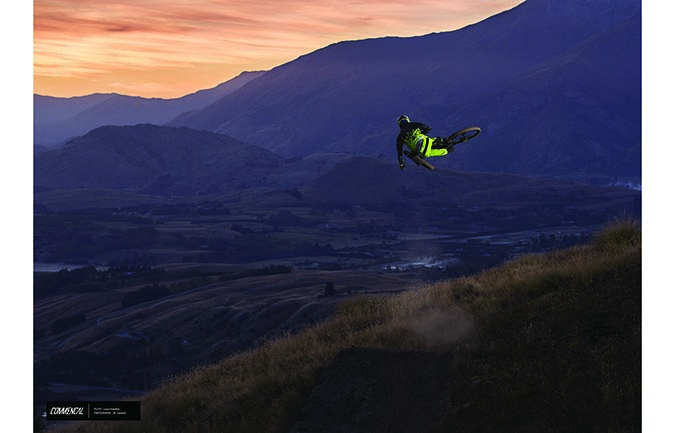 TIRAGE PHOTO : LOUIS HAMILTON - FLYING HIGH ABOVE NZ